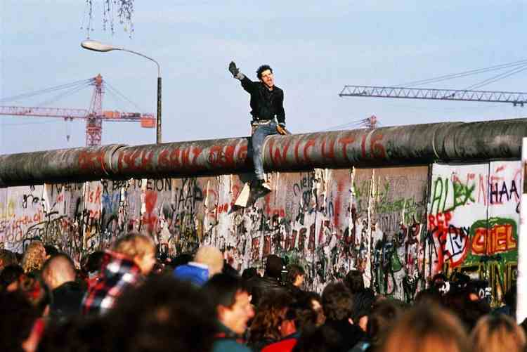 Fall Of The Berlin Wall Pictures