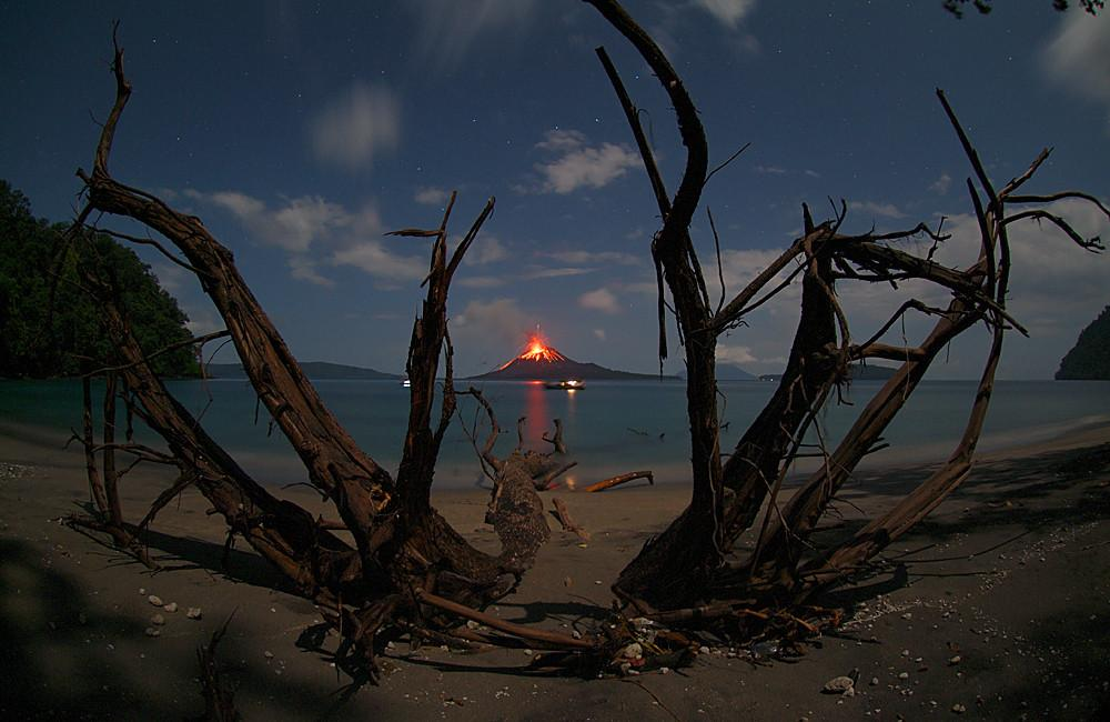 anak-krakatau-eruption-photograph