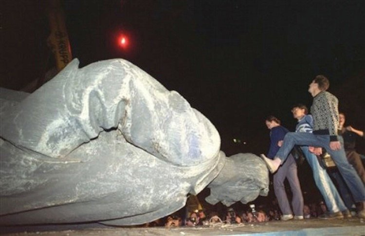 Iconic Images Of The 1990s Fall Of KGB Statue Soviet Union