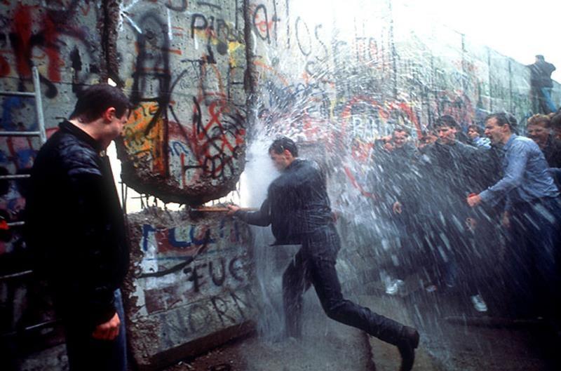 Ten Iconic LIFE Photos Berlin Wall