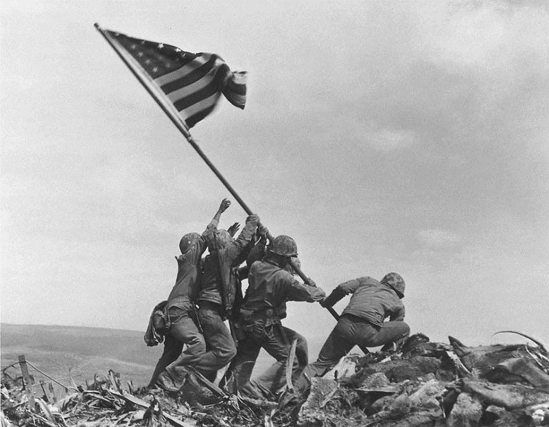 Soldiers hold the flag at Iwo Jima
