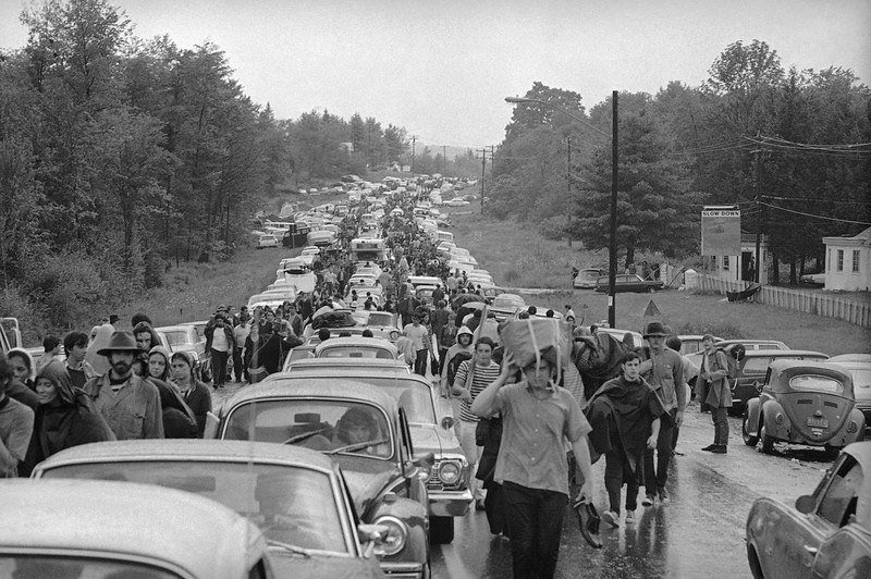46 Years Ago Today, 500,000 People Descended On A Farm For The Greatest Music Festival Of All Time Trying-to-leave-woodstock