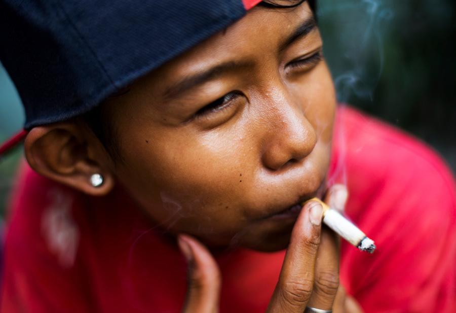 Kids Smoking In Indonesia