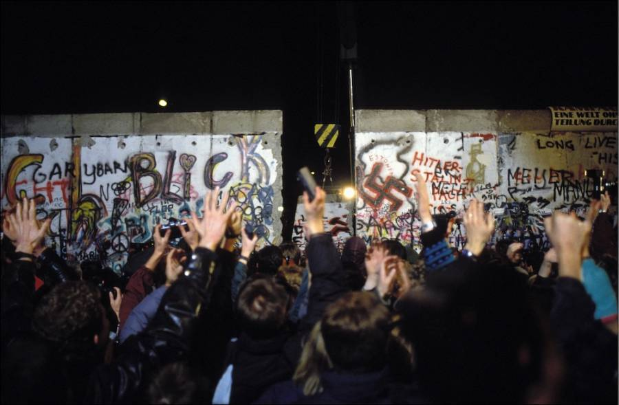 Crowds Cheer The Fall Of Berlin Wall