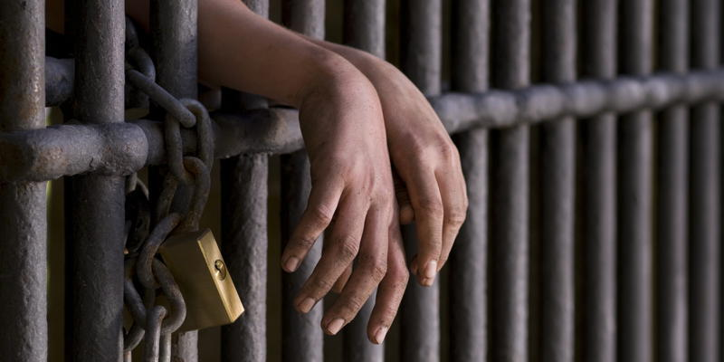 Rüyada Hapiste Yatan Birinin Çıktığını Görmek Konuşmak