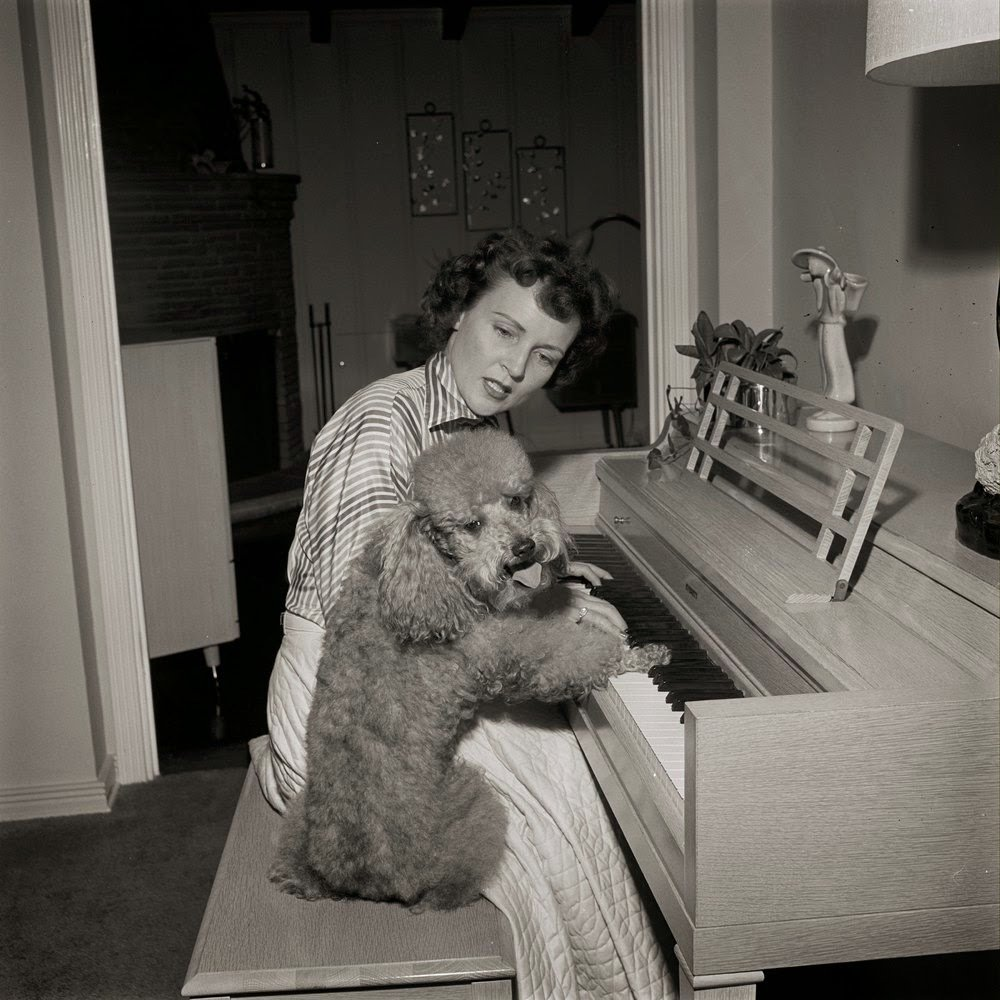 Betty White plays piano with her poodle