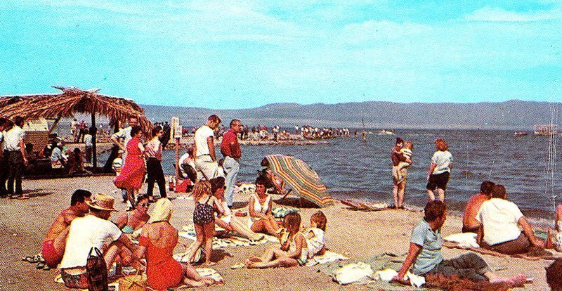 Tourists at the Salton Sea in 1960s