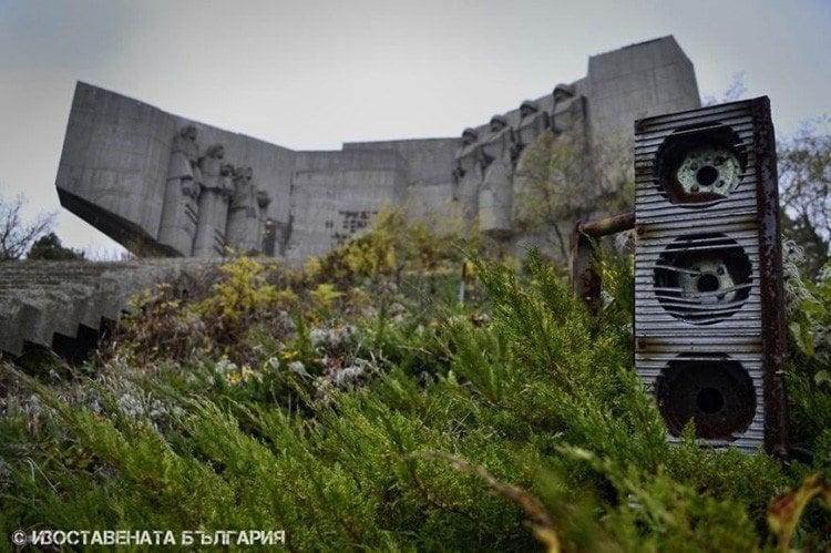 abandoned bulgaria speaker box