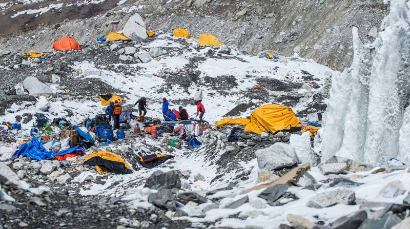 Everest base camp hit by earthquake