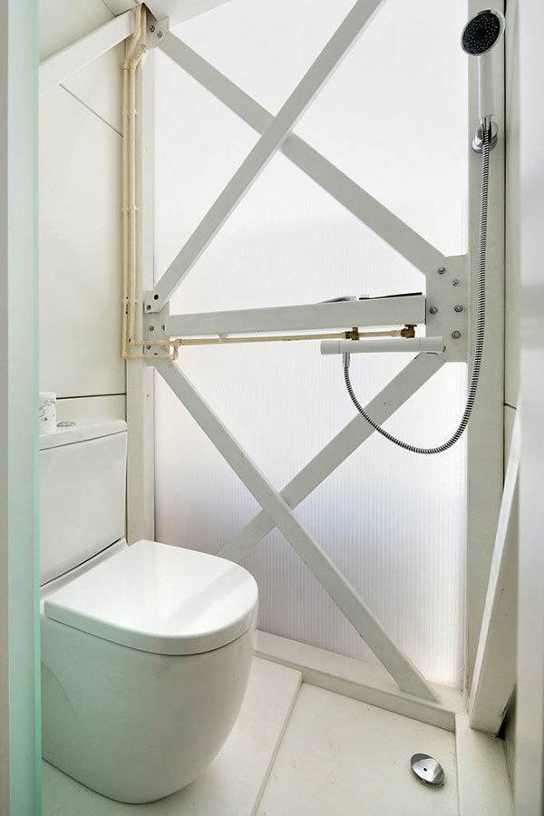Tiny Bathroom Keret House