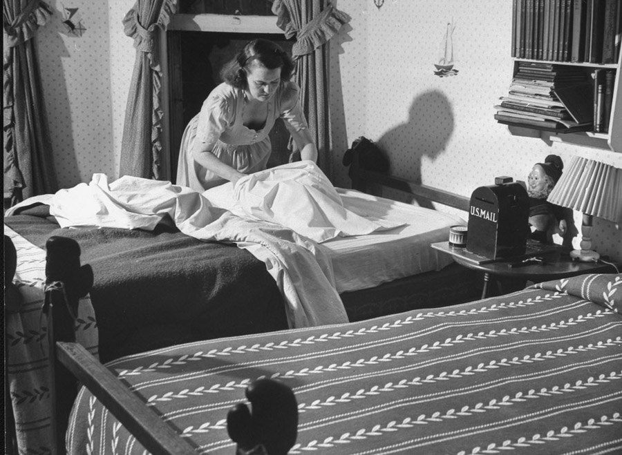 american mother 1941 bed making