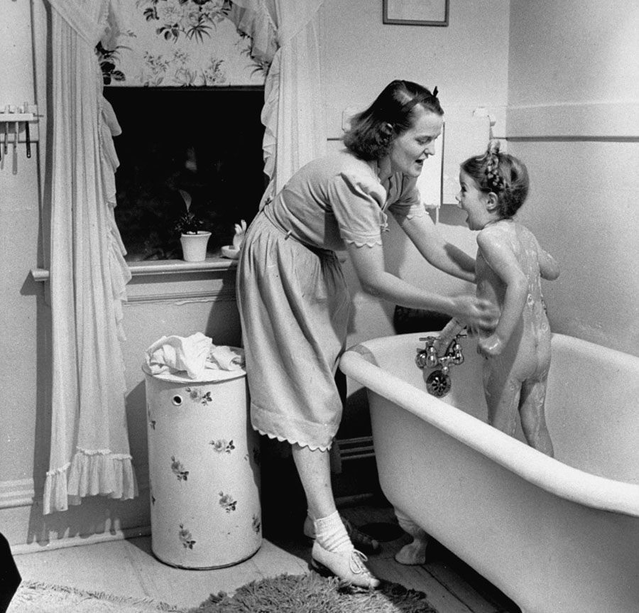 american mother 1941 daughter bathing