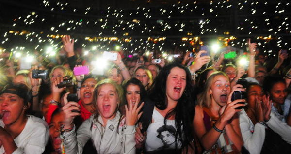 """""""A Chaos Of Feeling"""": Screaming Fan Girls Past And Present"""