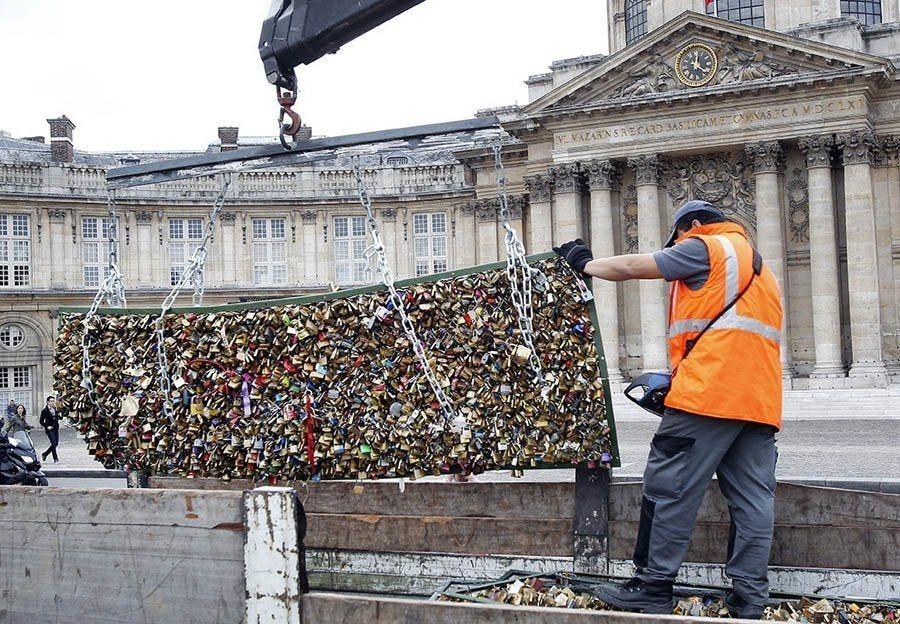 paris love locks heave ho