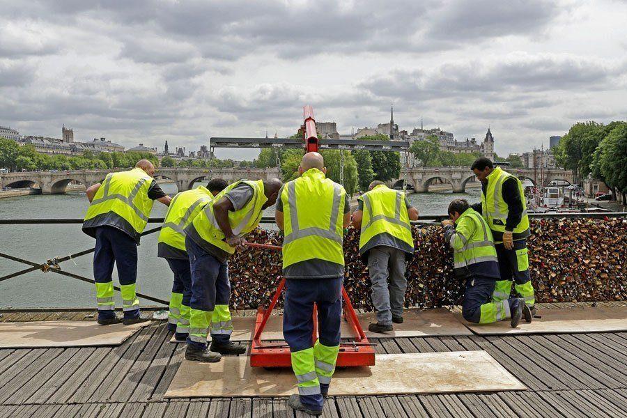 paris love locks workers