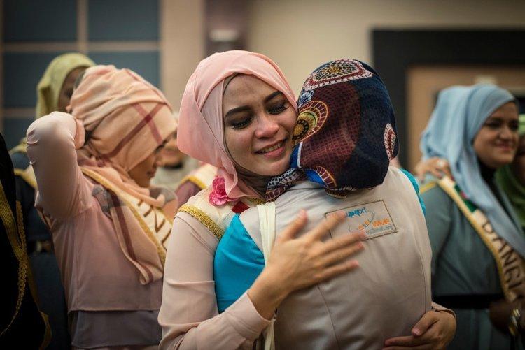 Miss muslimah hug