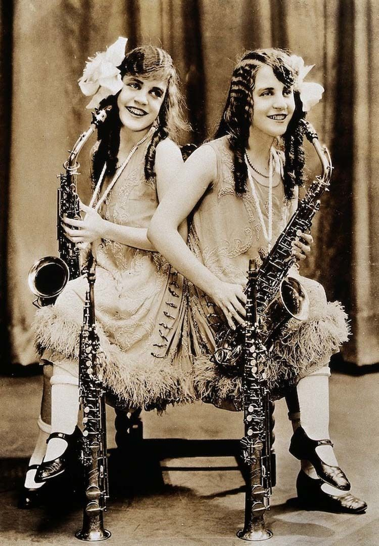 hilton conjoined sisters sax