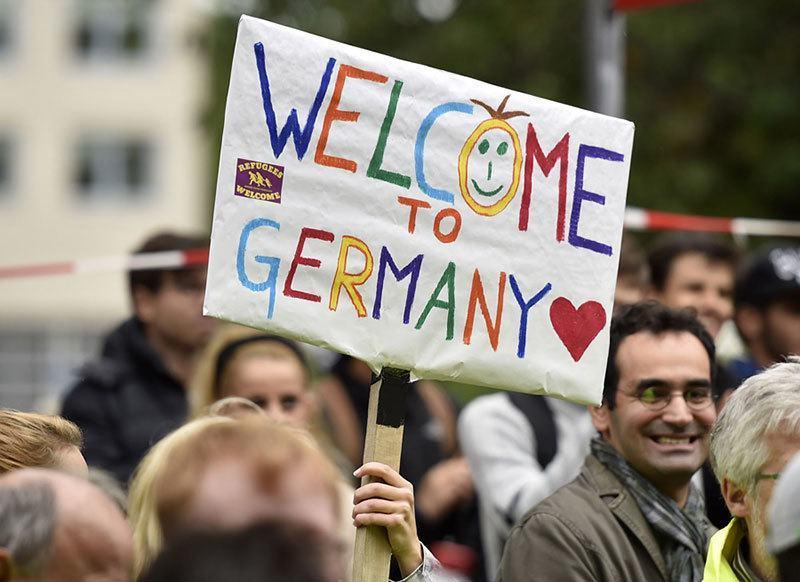 Syrian Refugees Arrive Crowds
