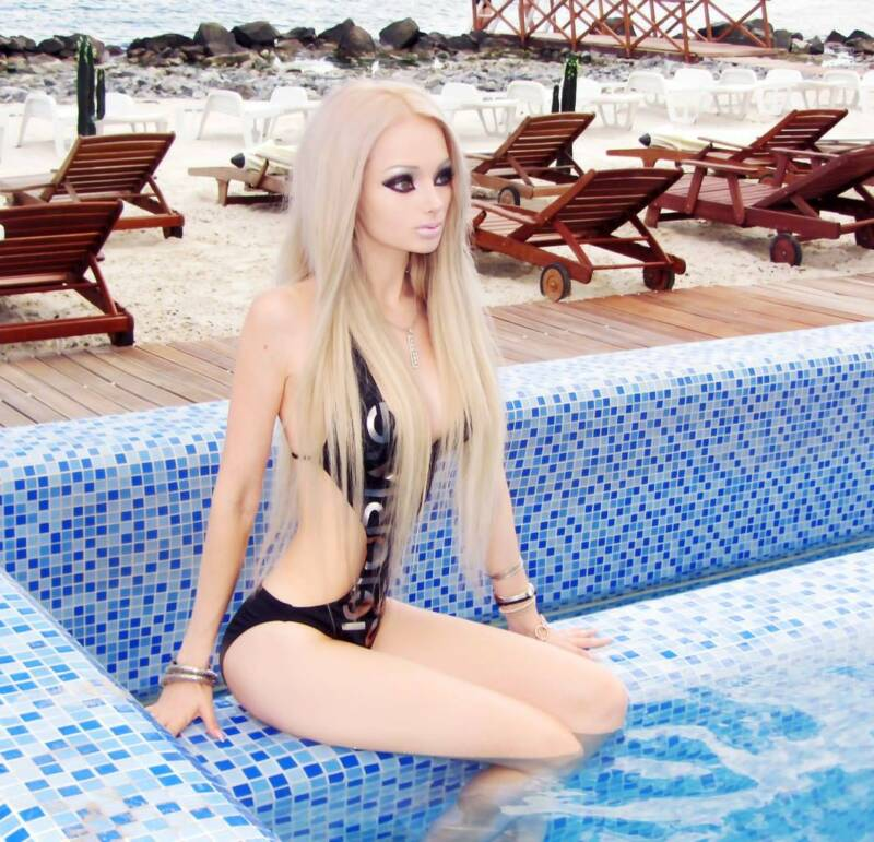 Valeria By The Pool