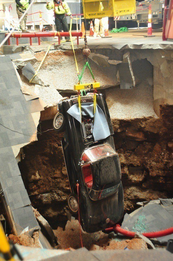 Lifting Car From The Sinkhole