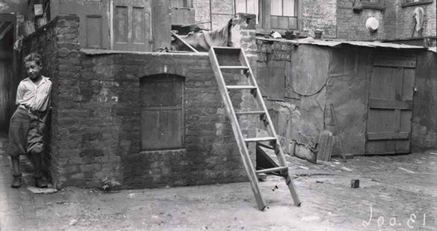 life in new york tenement houses These tenement apartments often held multiple families, and had no running water or indoor plumbing, according to the new york public library broken and dirty outhouses feature prominently in.