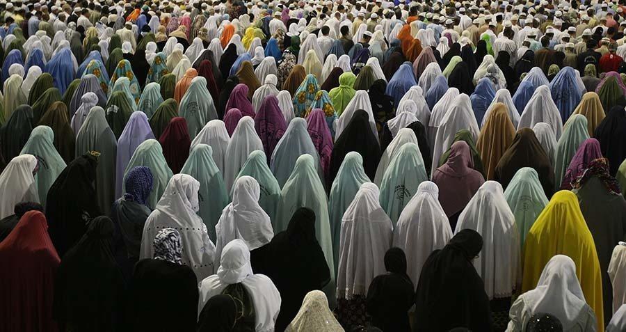 Muslim Women Pray Outside Mecca's Grand
