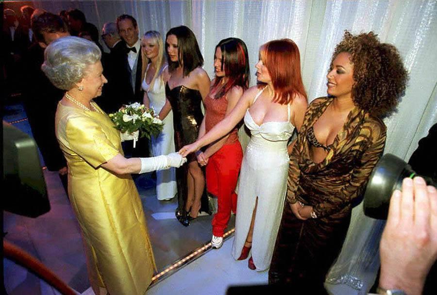 The Queen Elisabeth II Shakes Hands With Geri  Hal