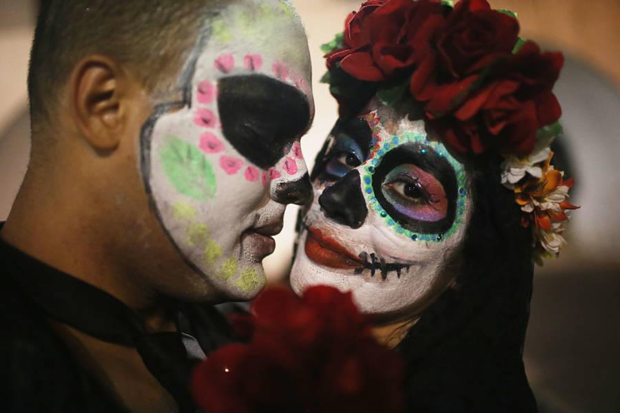 El Dia Muertos Couple Roses