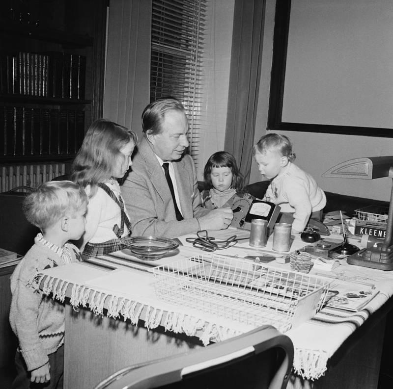 Ron Hubbard With Children