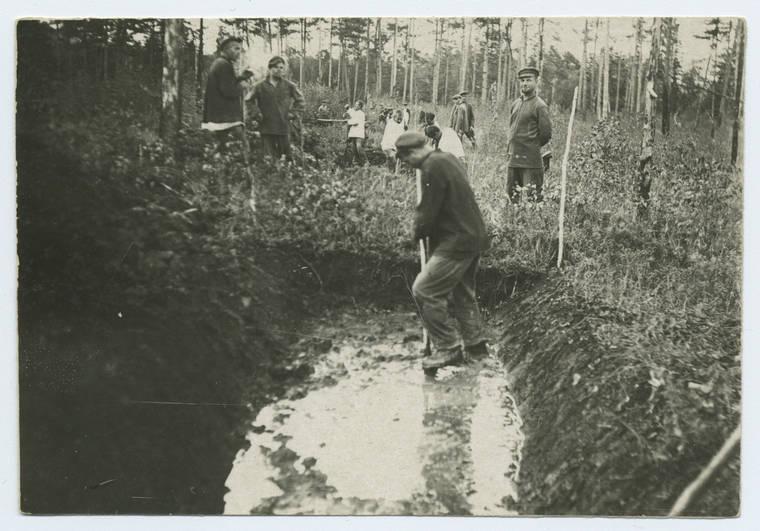 Russian Gulag Prisoners Digging