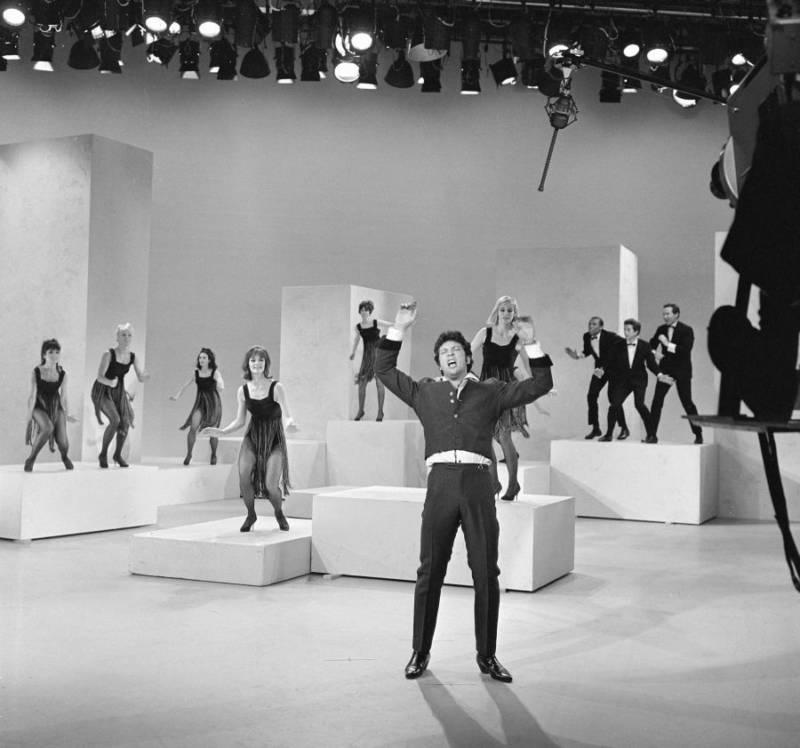 Tom Jones And Dancers