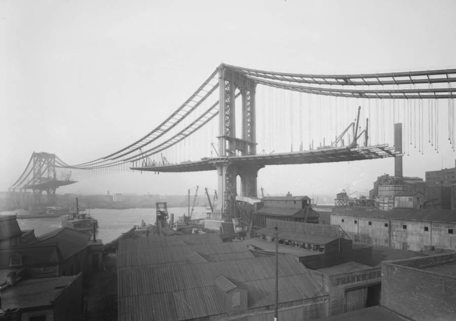 Building New York City Brooklyn Bridge