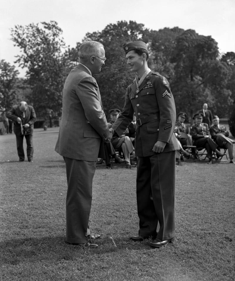 Desmond Doss shakes hands with President Harry S. Truman