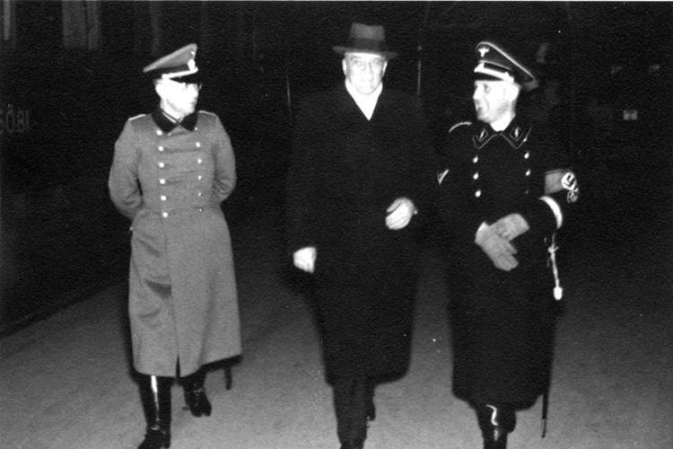 Heinrich Müller walking with soldiers