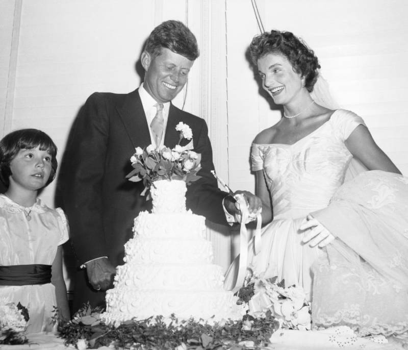 John Jacqueline Kennedy Cut Wedding Cake