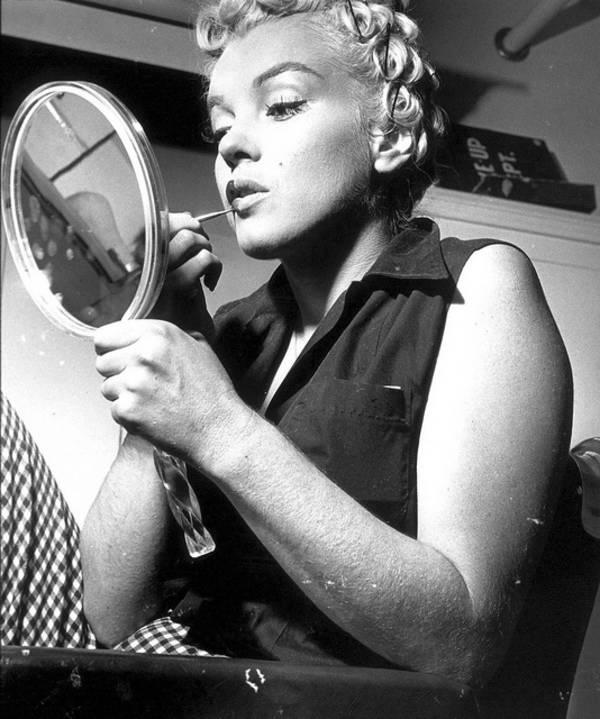 Monroe Putting On Makeup