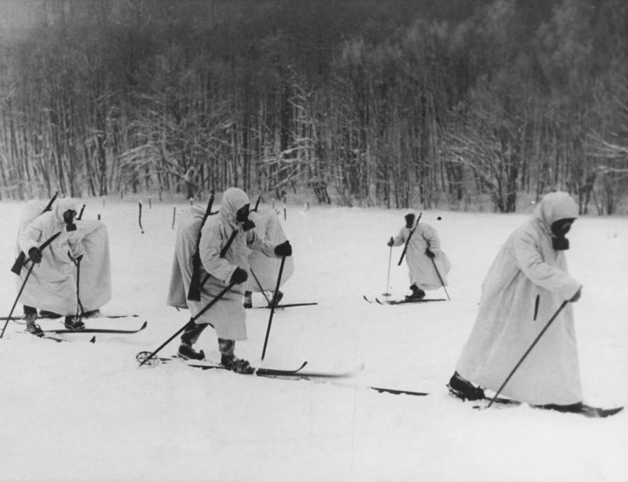 Finnish troops with gas while on skis