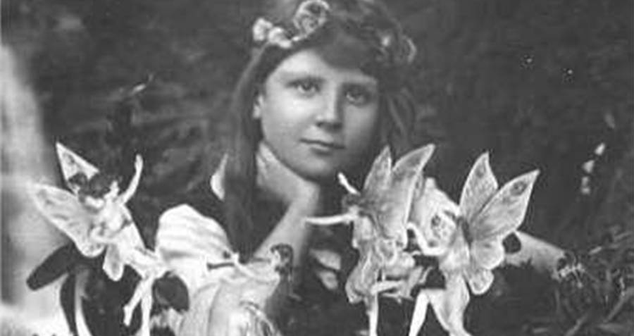 Cottingley Fairies playing with girls