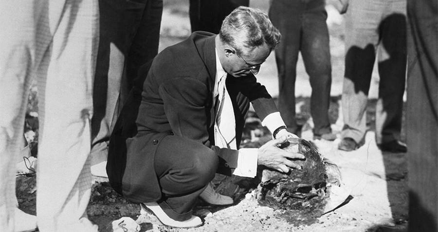 Investigators look at the dismembered head in the Cleveland Torso Murderer crime scene