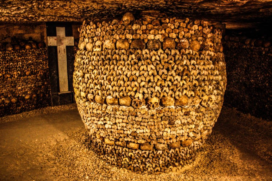 Skull and bone structure in the Paris Catacombs