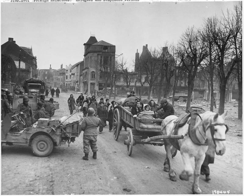 U.S. troops evacuate refugees in Bastogne
