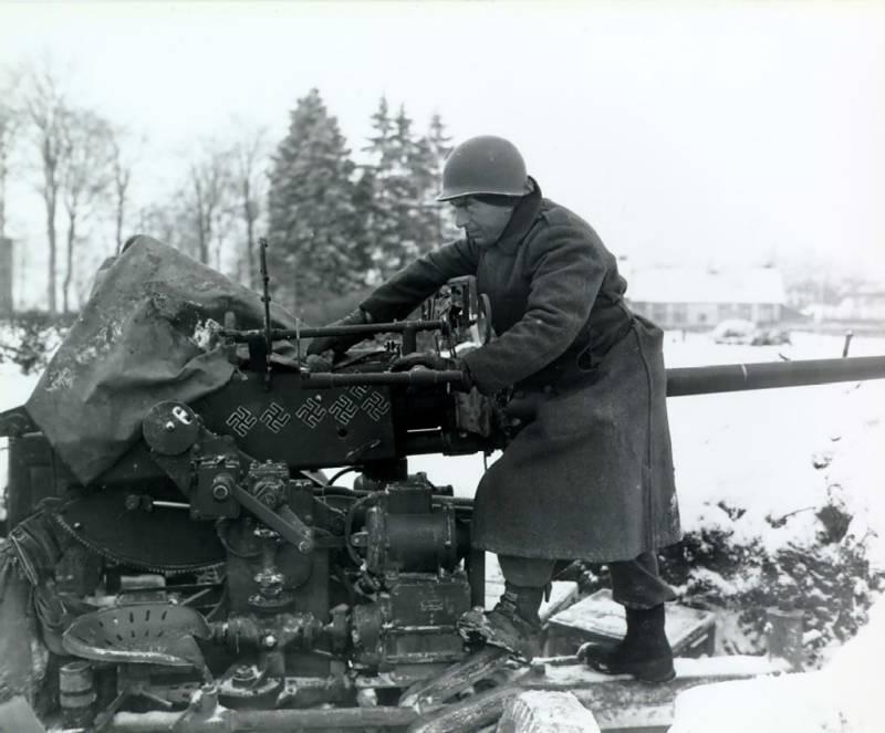 Gunner marking his gun for killed Nazis