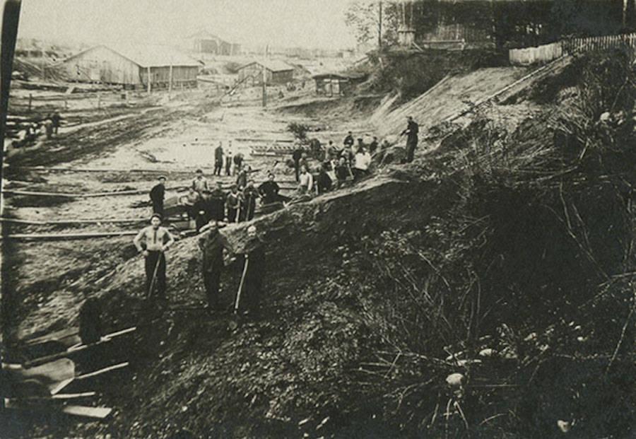 Gulag prisoners working in Siberia