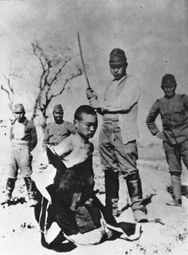 Japanese soldier beheading a Chinese prisoner