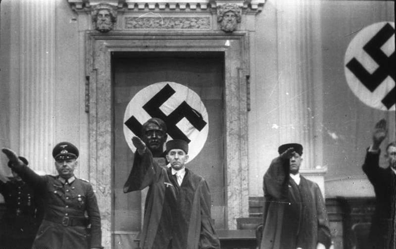 Роланд Фрейслер дает нацистский салют