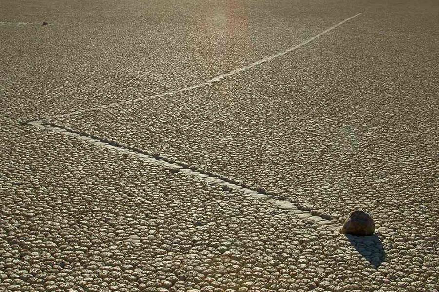 Batu bergerak di Death Valley.