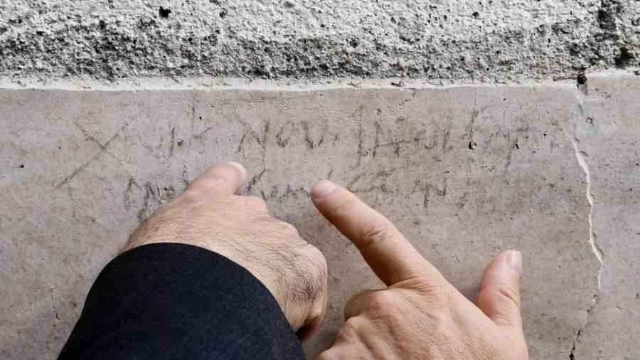 Pompeii Graffiti Pointing
