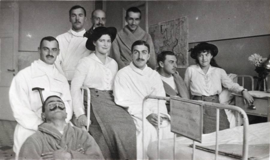 Maria Romanov And Anastasia With Soldiers