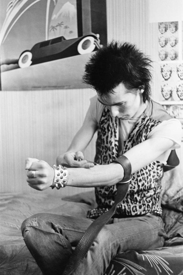 Sid Vicious Injecting Heroin