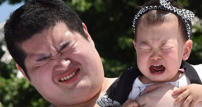 sumo-wrestler-and-baby-both-cry.jpg
